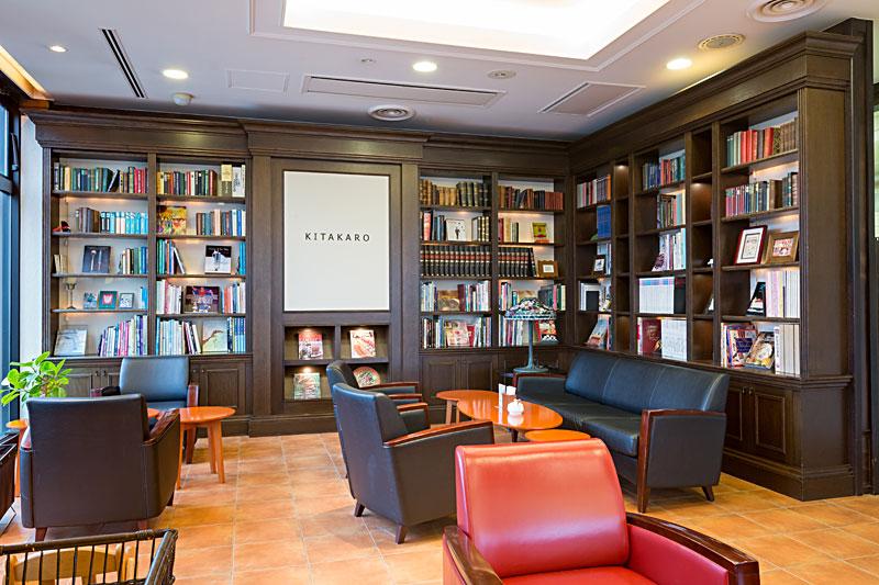 本棚とソファー席の写真