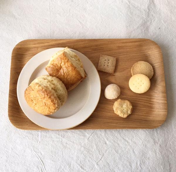スコーンと焼き菓子の写真
